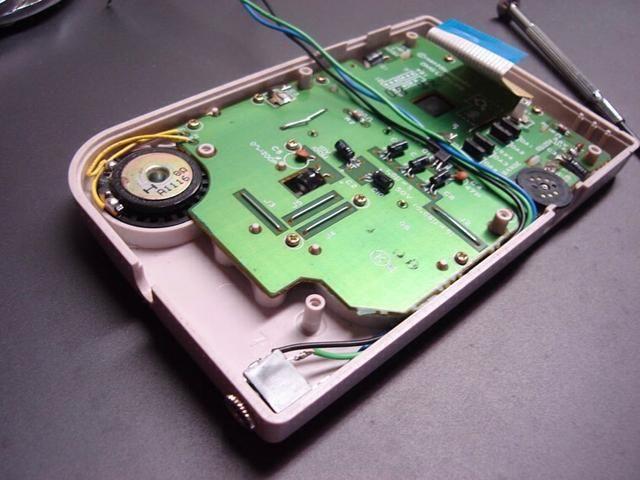 El siguiente paso es muy importante. Obtención de los cables listos para soldar en la placa. Asegúrese de que los cables no estén en contacto con el dial de contraste.